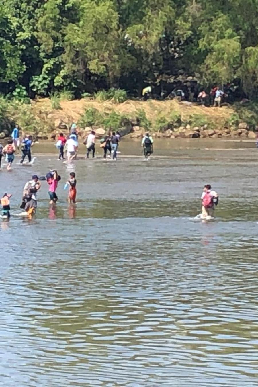 Migrantes cruzan el río Suchiate.