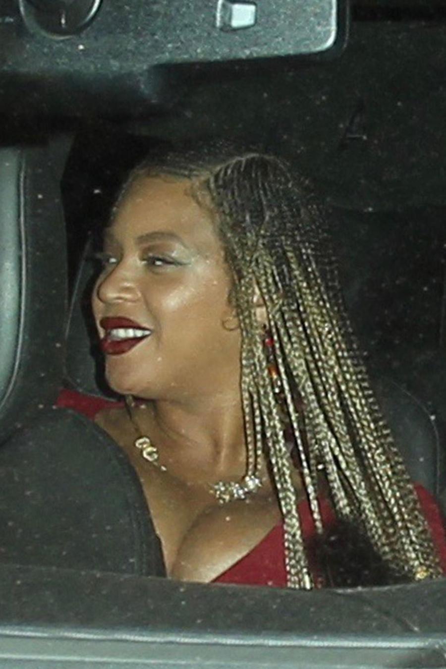 Beyoncé embarazada con cabello trenzado