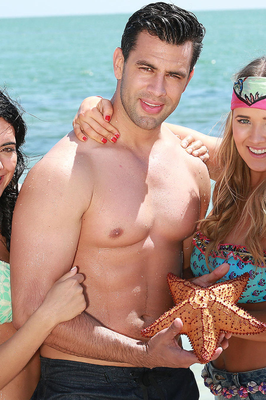 Christian de la Campa, Scarlet Gruber y Kimberly Dos Ramos en la playa en Tierra de Reyes