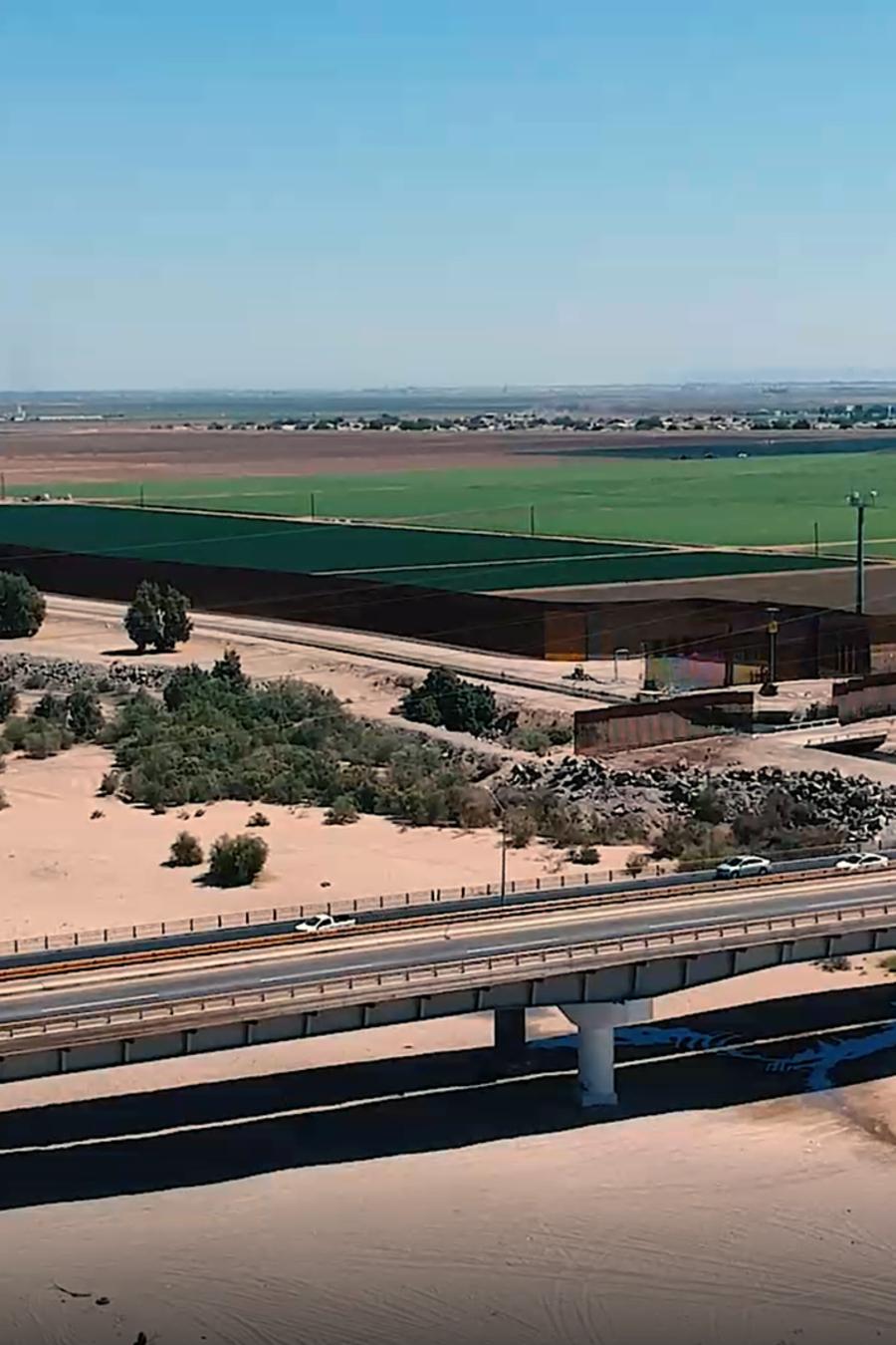 Dos lados de la frontera: uno verde por el flujo de agua para la agricultura y el otro reseco pese a que por ahí pasa el río Colorado.