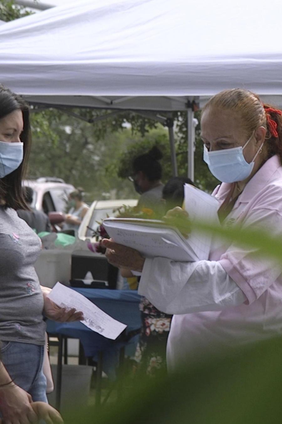 """Una """"promotora"""" (promotor de salud) de CASA, un grupo de defensa de los hispanos."""