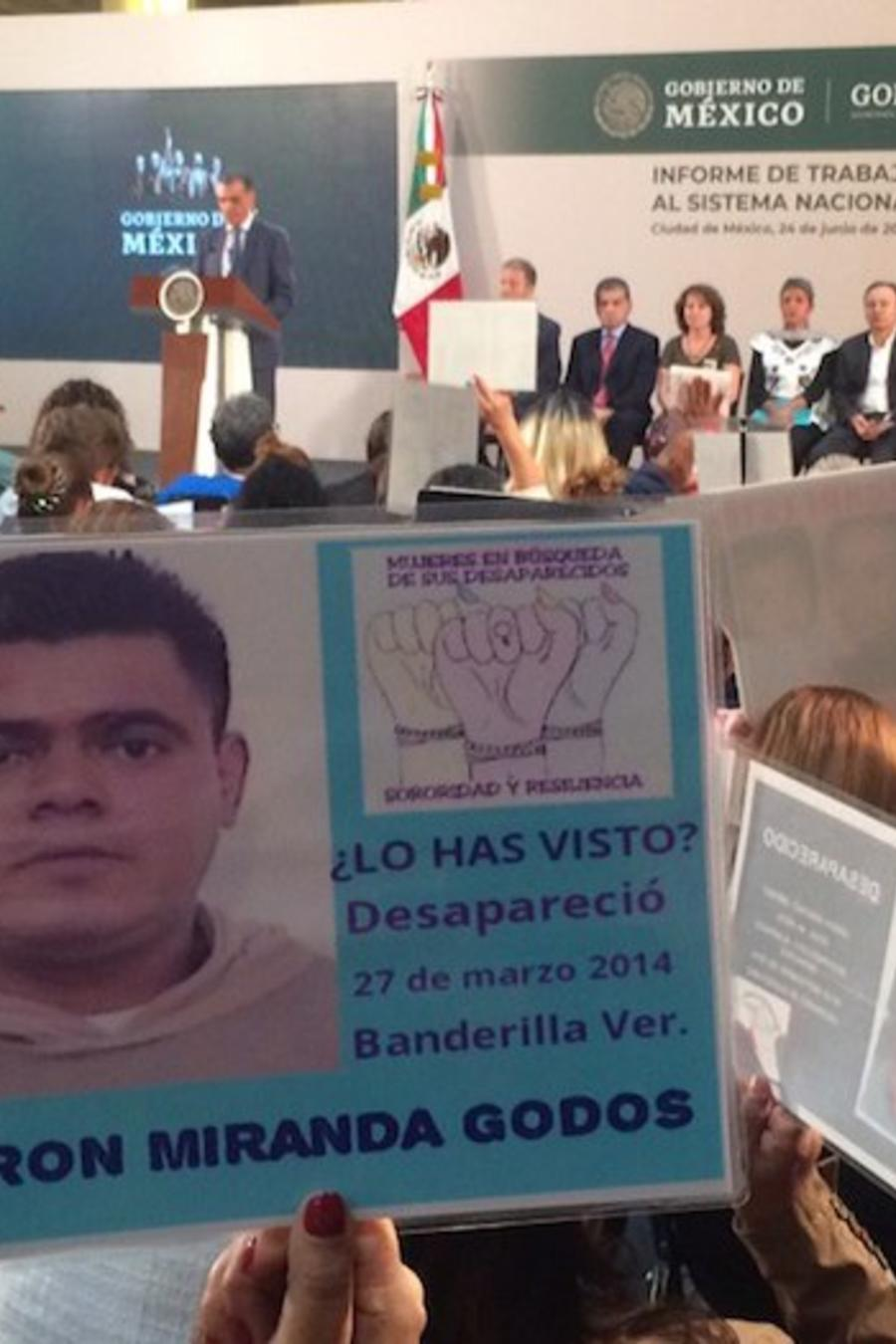 Los familiares de personas desaparecidas llevaron fotos de sus seres queridos