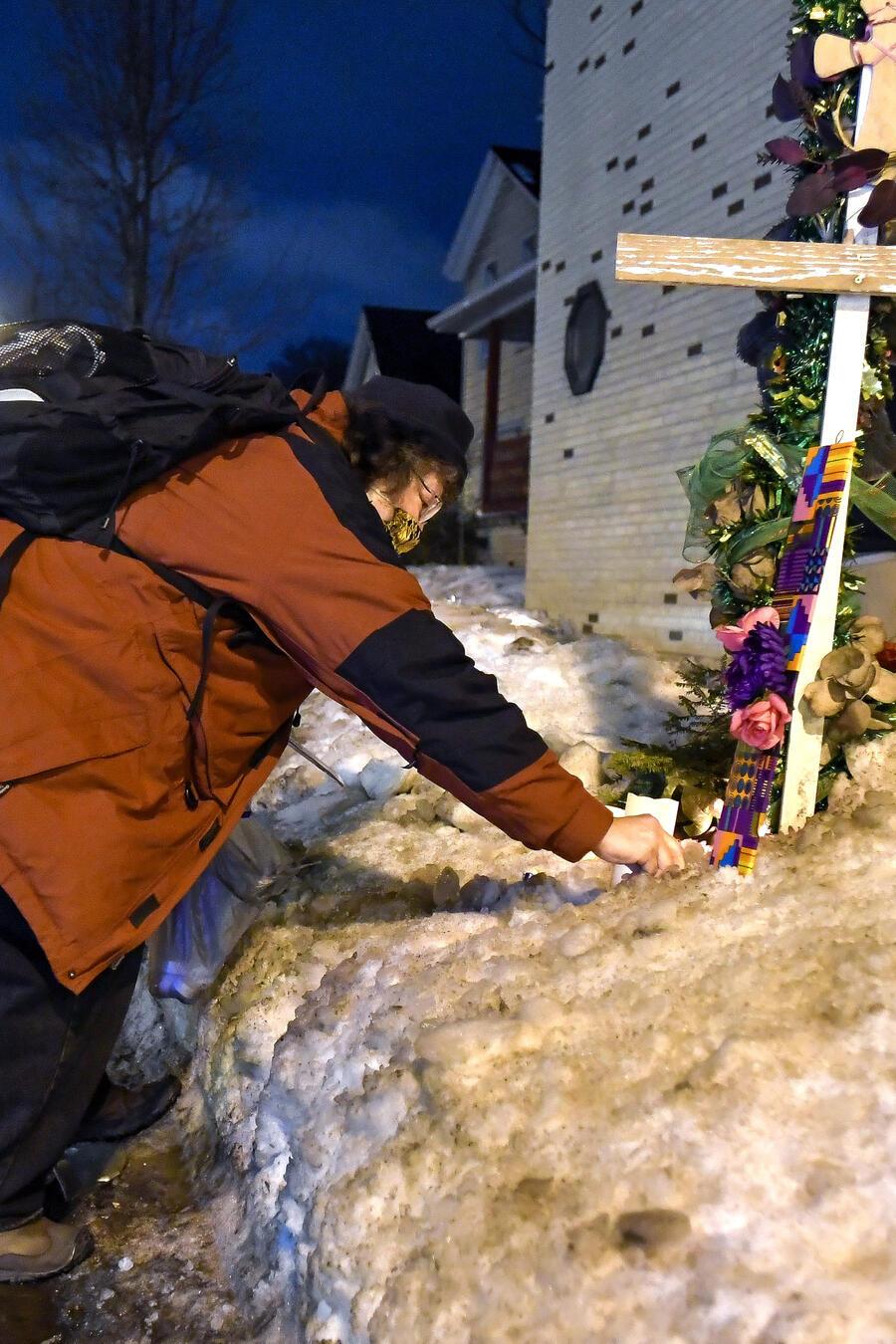 Dianne Stengel coloca velas en el lugar del suceso entre Daniel Prude