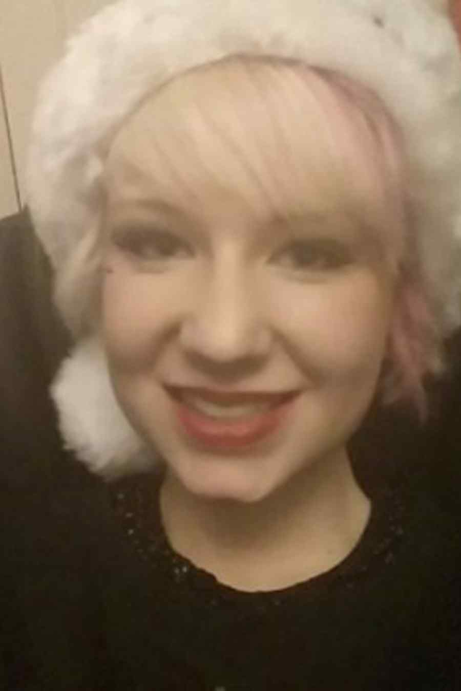 Eloise Parry con gorro de navidad