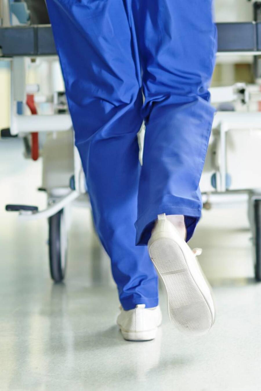 Enfermera en pasillo de hospital