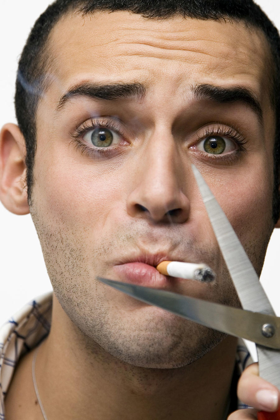 hombre fumando tijeras
