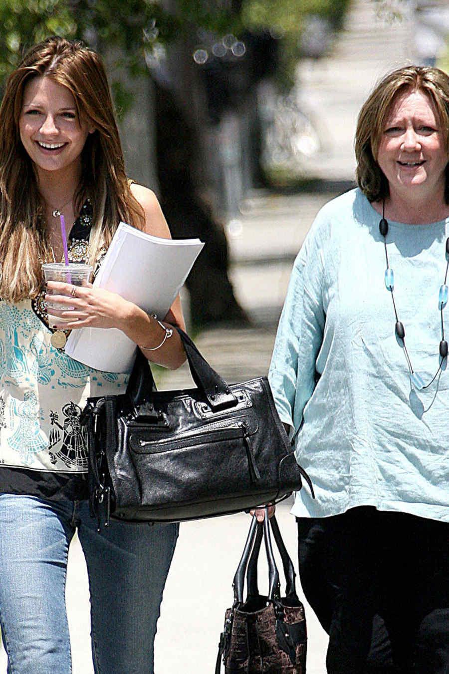 Mischa Barton y su madre Nuala Barton en 2006.