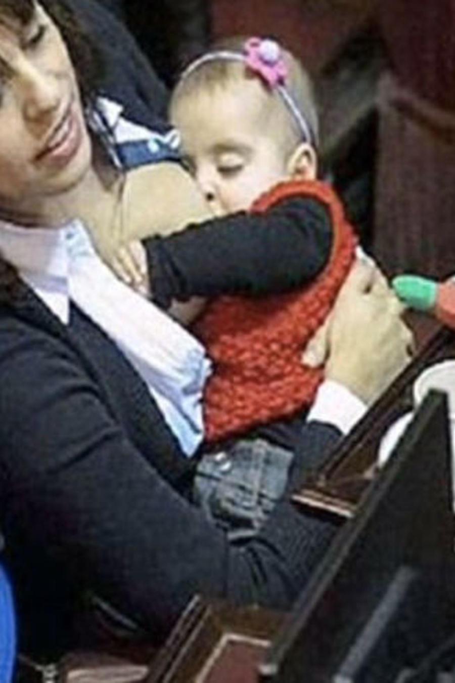 Victoria Donda Pérez, política argentina, amamanta hija durante congreso