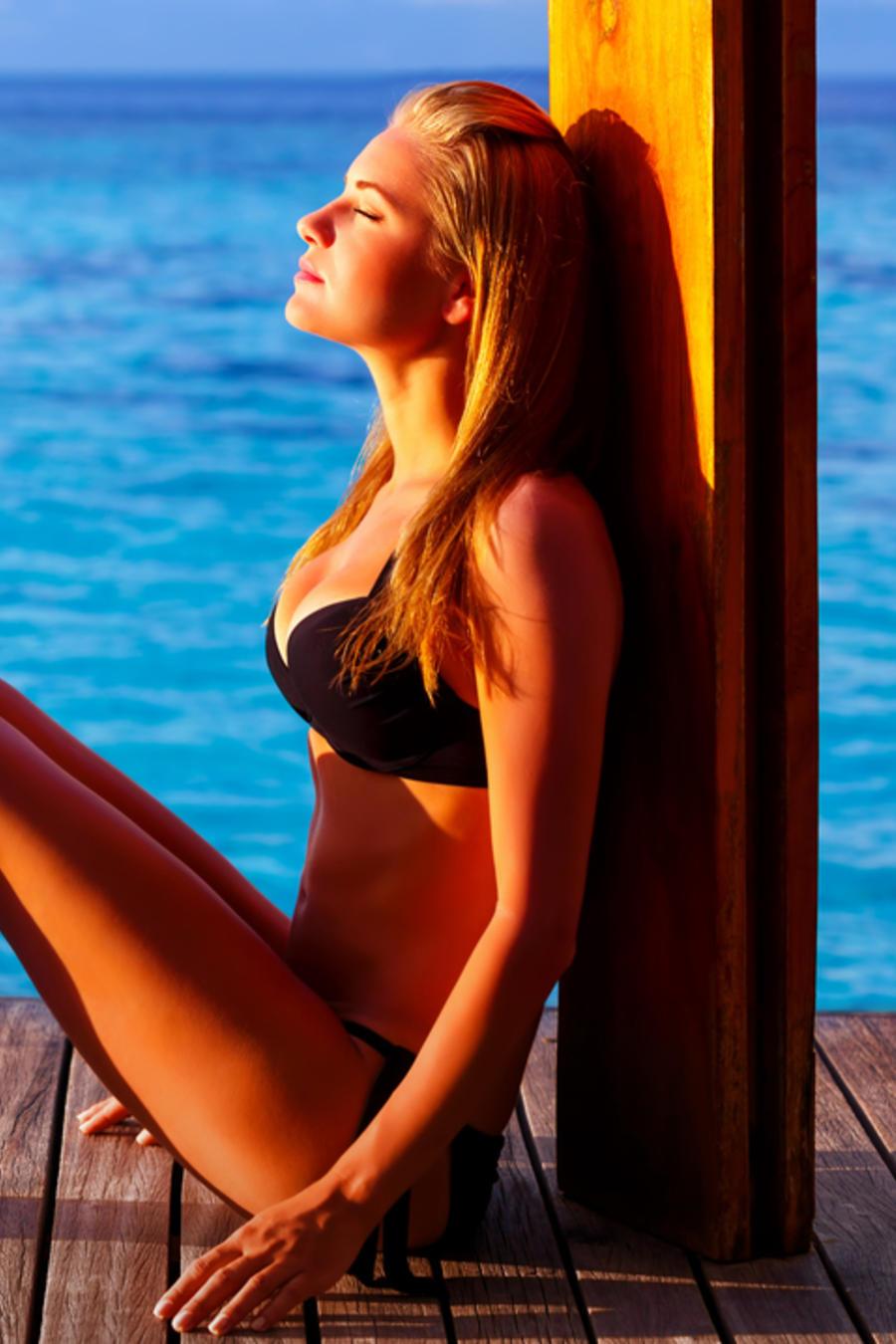Mujer en bikini tomando el sol