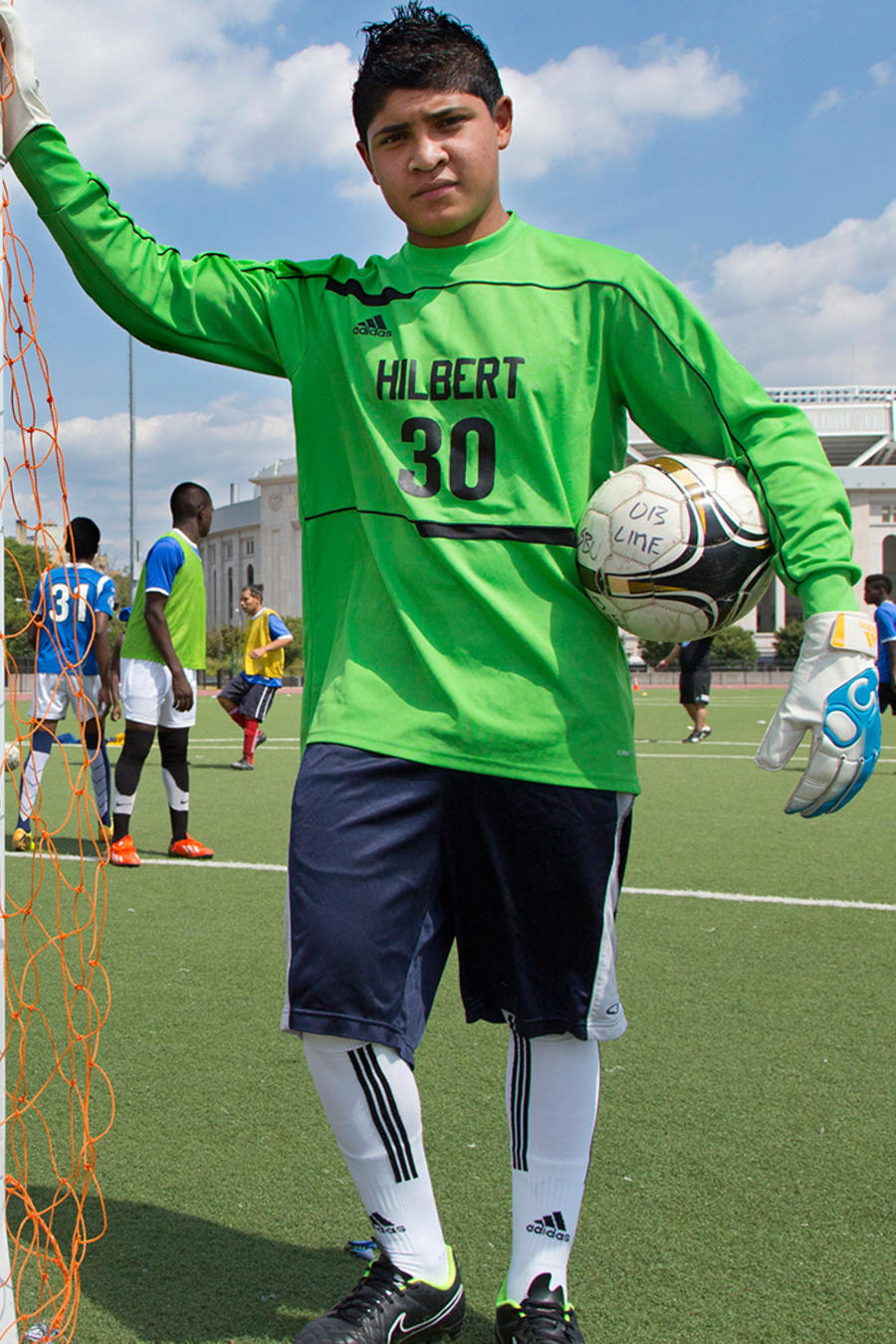 Christian Contreras, de 16 años, posa para una foto antes de jugar a fútbol en el condado del Bronx, en Nueva York, el sábado 29 de agosto del 2015