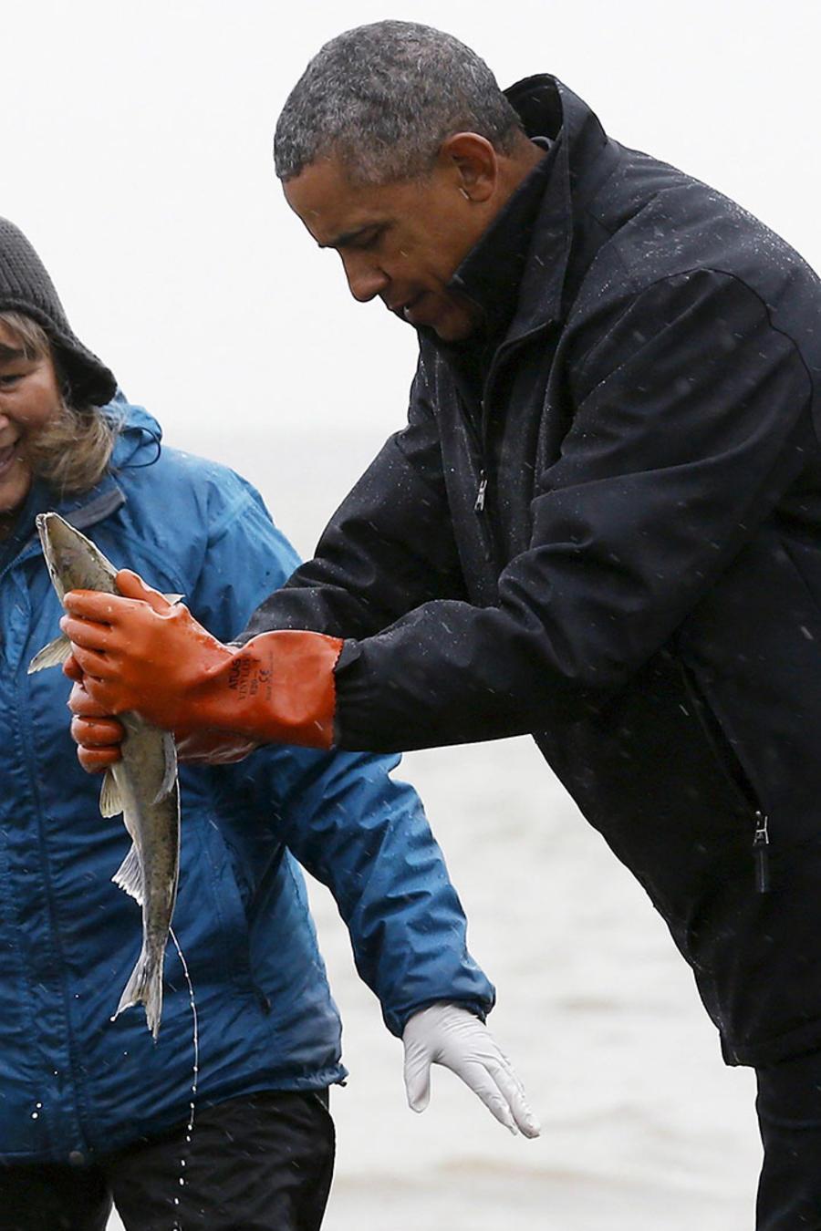 obama con un salmon en su mano
