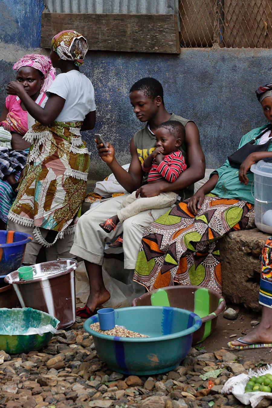 Un grupo de mujeres vende comida en un mercado en Kenema, Sierra Leona, un pueblo donde más de 40 trabajadores del sector salud en un hospital del gobierno murieron de ébola.