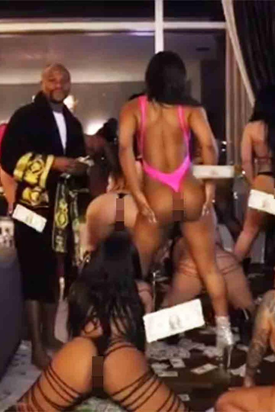 Floyd Mayweather con mujeres en una fiesta