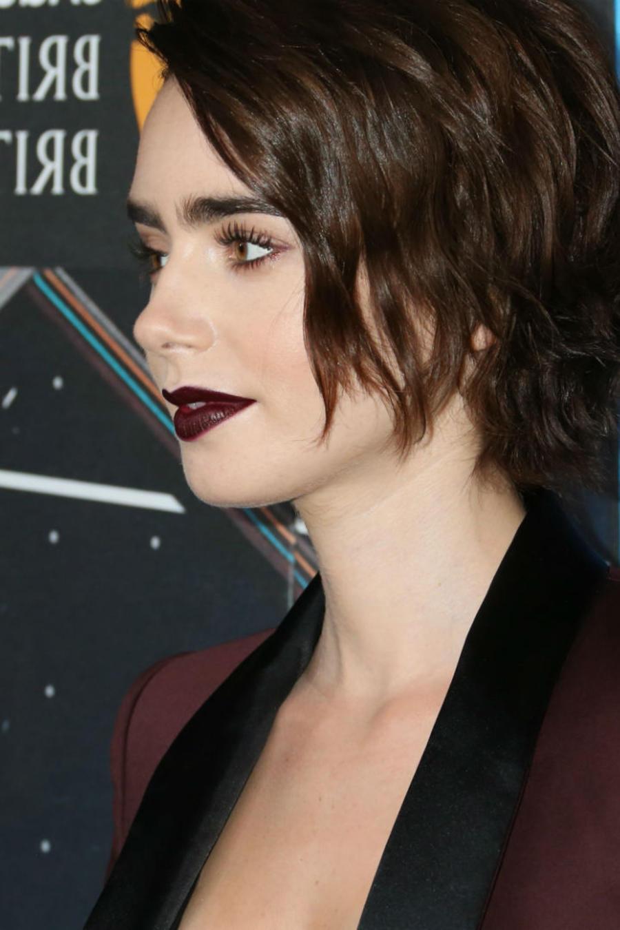 Lily Collins con cabello corto y blazer guinda