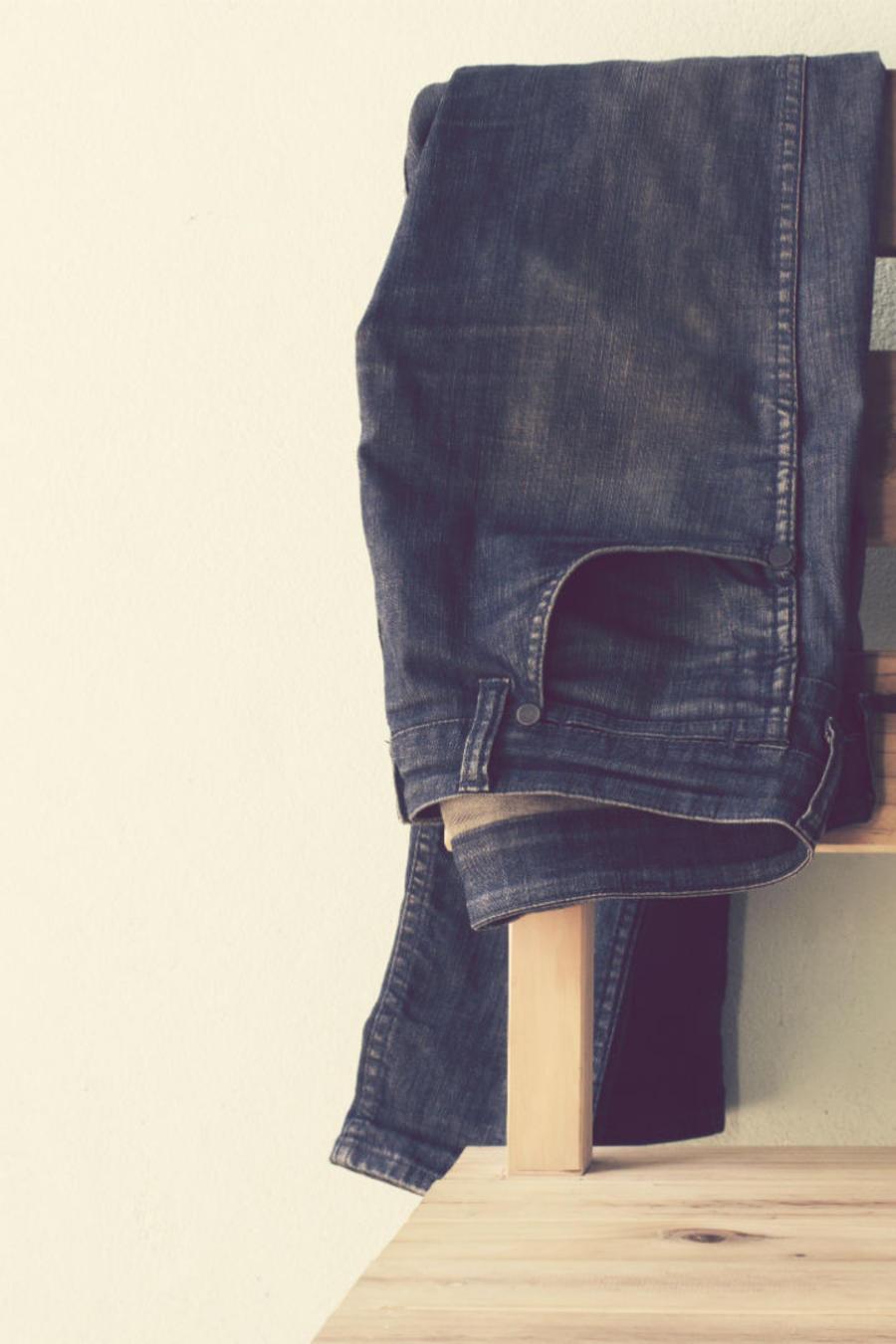 Jeans sobre una silla de madera