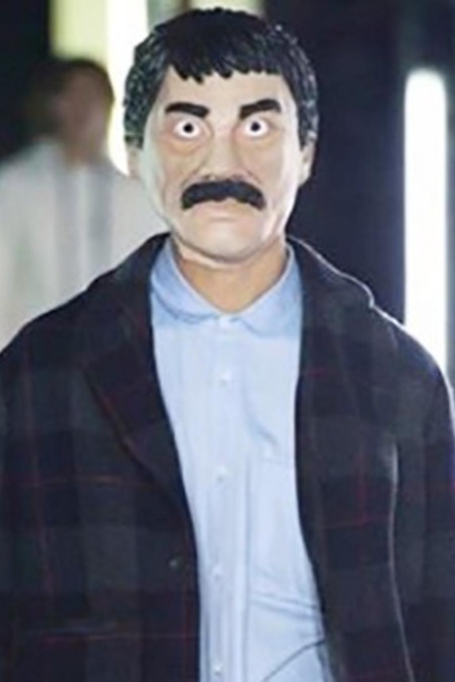 Modelo en desfile con máscara de 'El Chapo'