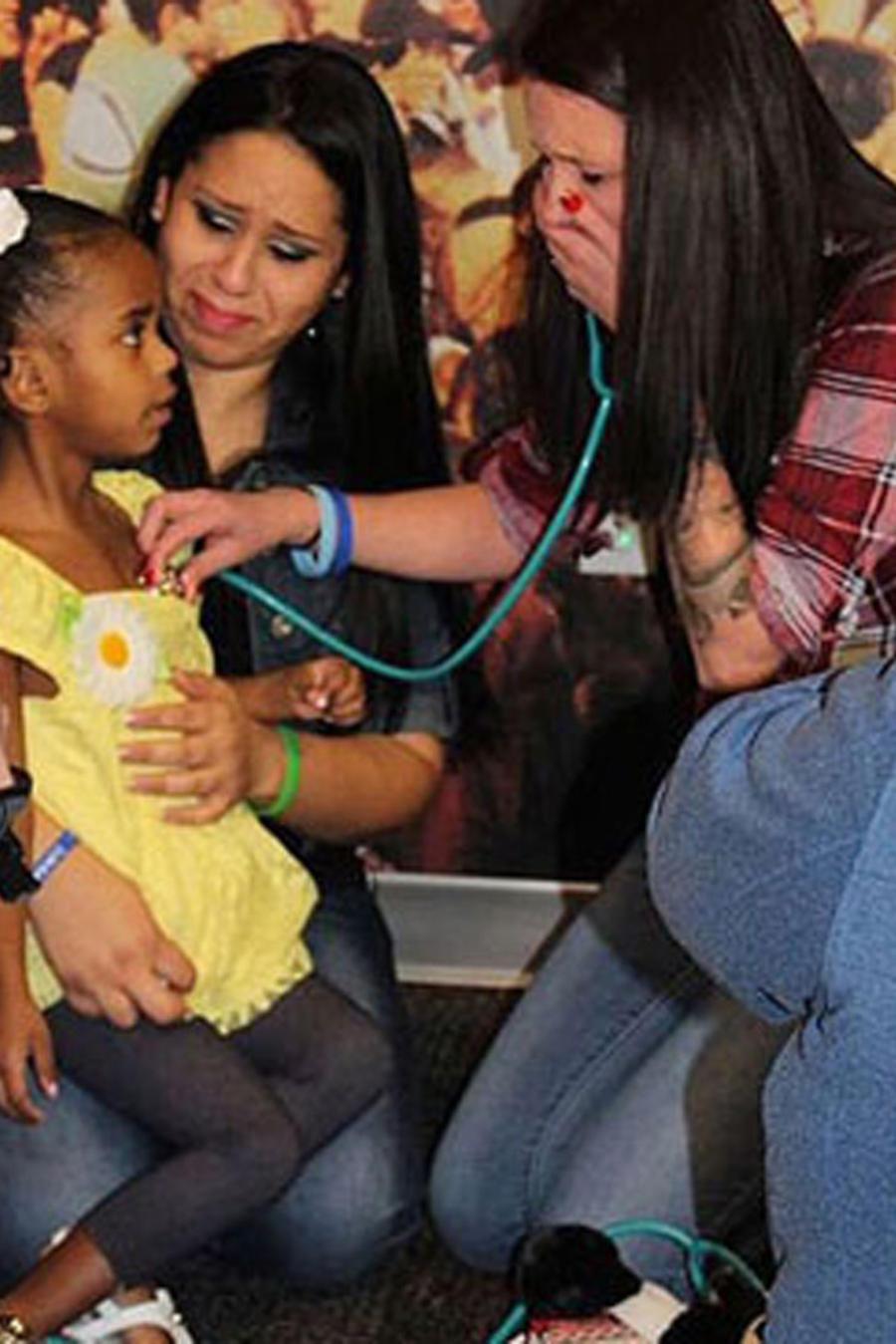 Heather Clark escucha el latido del corazón de su hijo fallecido en una niña de cuatro años
