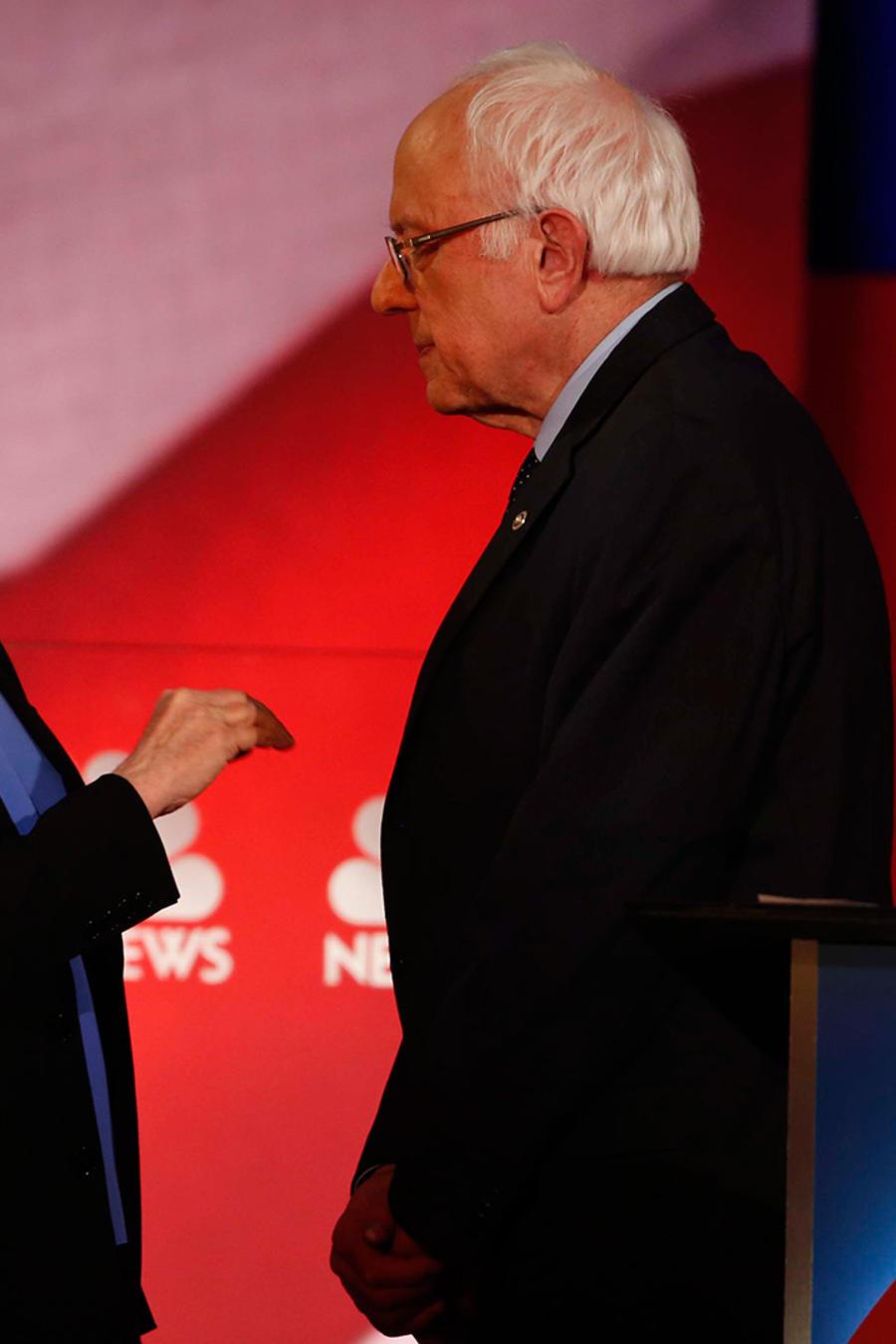 Los precandidatos demócratas Bernie Sanders Y Hillary Clinton en el debate de NBC transmitido por YouTube y realizado el sábado 17 de Enero del 2016 en Charleston, S.C.