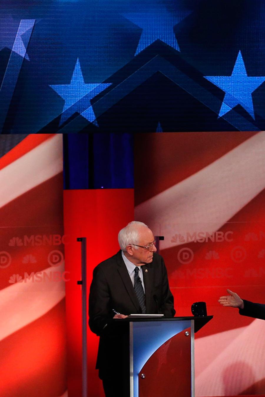 Los precandidatos Hillary Clinton y Bernie Sanders durante el debate demócrata en la Universidad de New Hampshire el jueves 4 de Febrero del 2016