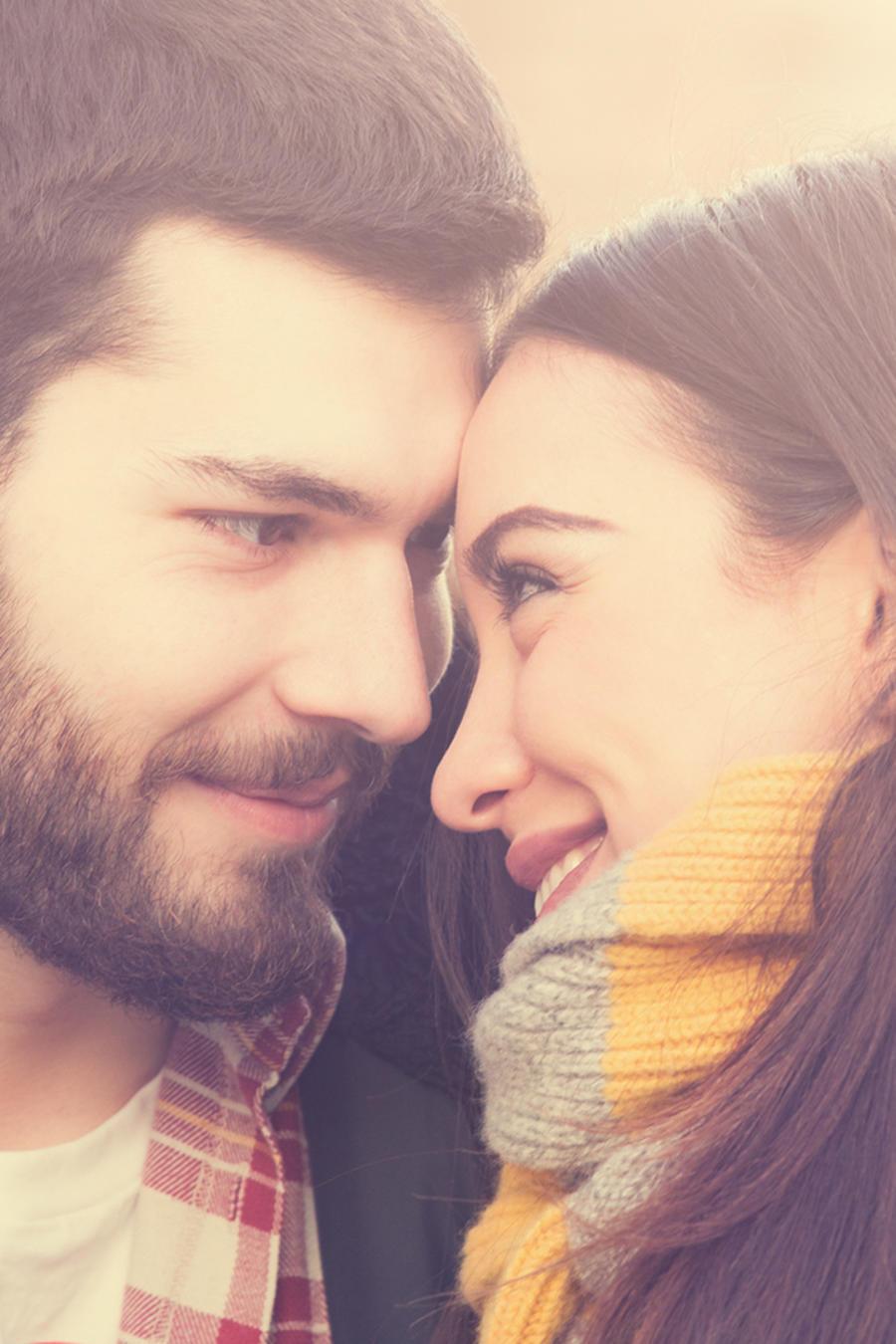 Hombre y mujer enamorados mirándose a los ojos