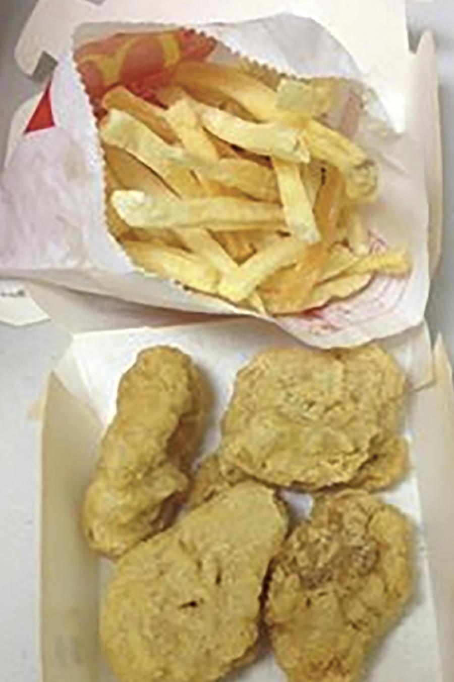 Dos imágenes de una happy meal cerrada y abierta