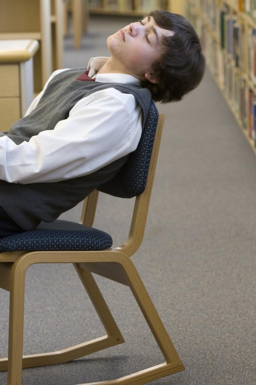 Adolescente durmiendo en biblioteca