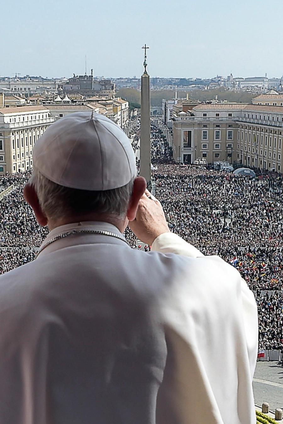El papa Francisco pronuncia su mensaje Urbi et Orbi (a la ciudad y al mundo) en la misa de Pascua, en la Plaza de San Pedro, en el Vaticano el domingo 27 de marzo de 2016.