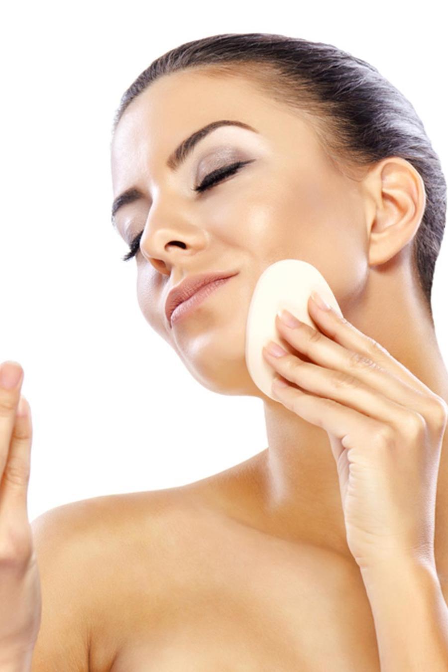 Mujer aplicándose polvo en el rostro