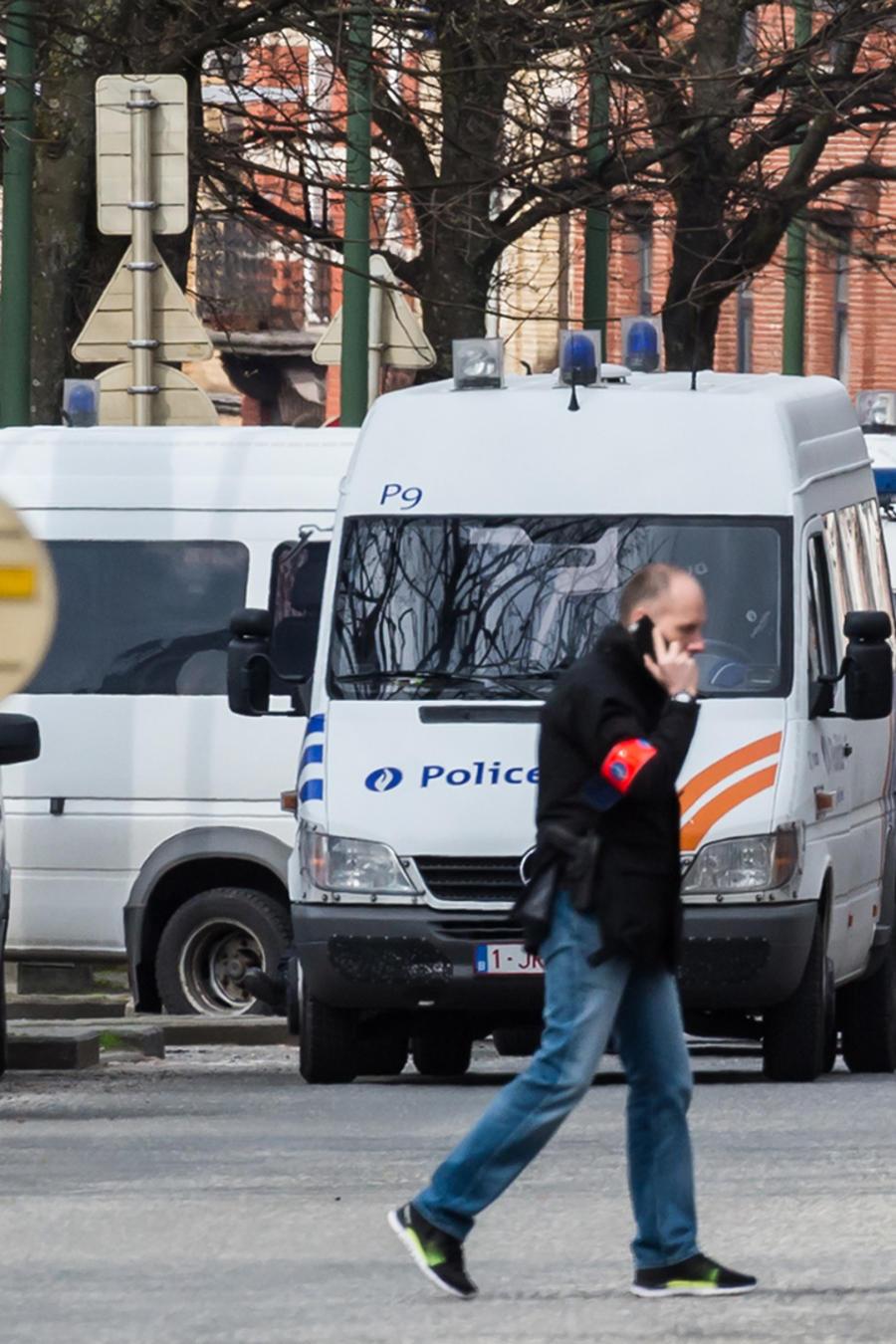 La policía asegura una zona durante un registro en el barrio de Etterbeek, en Bruselas, el sábado 9 de abril de 2016