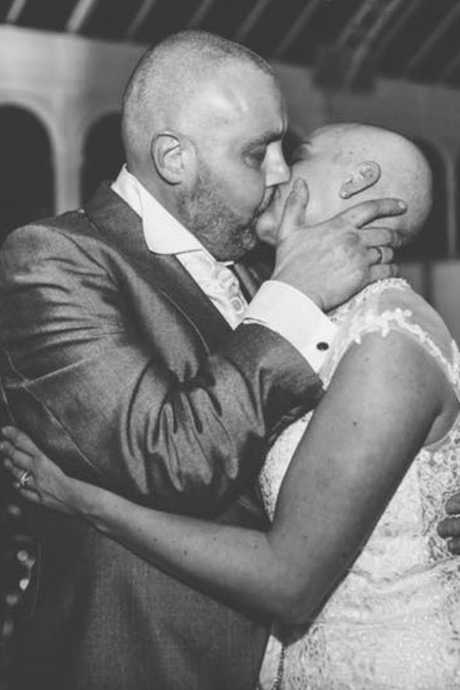 Craig y Joan se besan durante la celebración de su boda