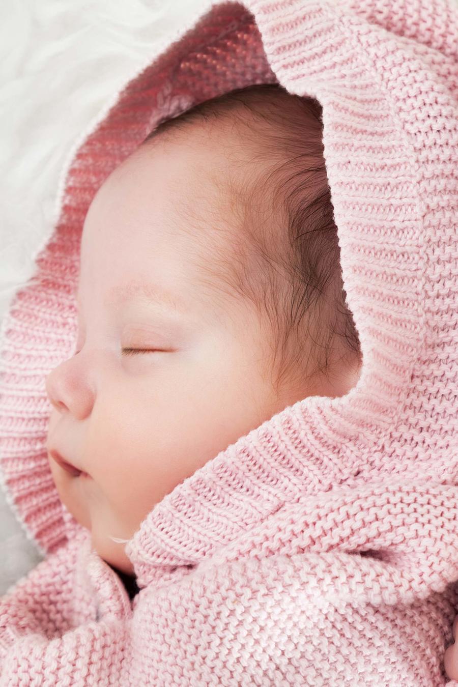 Gemelas durmiendo con capas rosadas