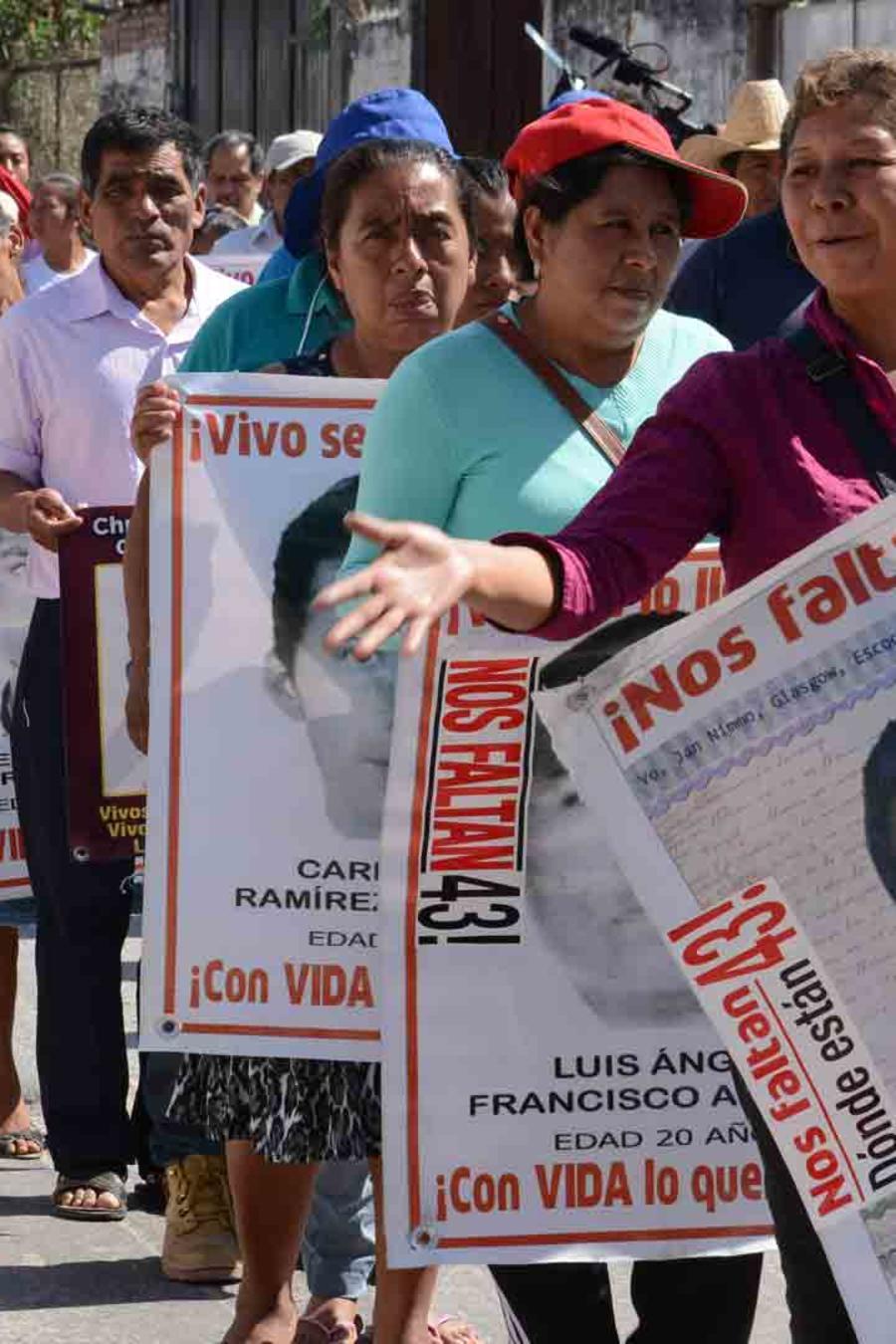 Familiares de los estudiantes de Ayotzinapa desaparecidos protestan y exigen respuestas.