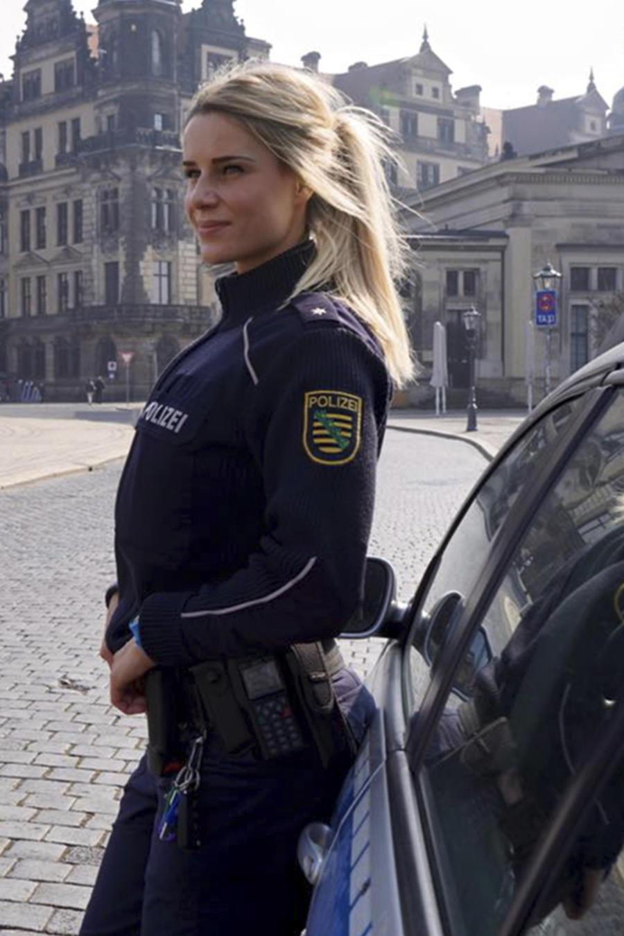 Adrienne Koleszar vestida de policía y en bikini