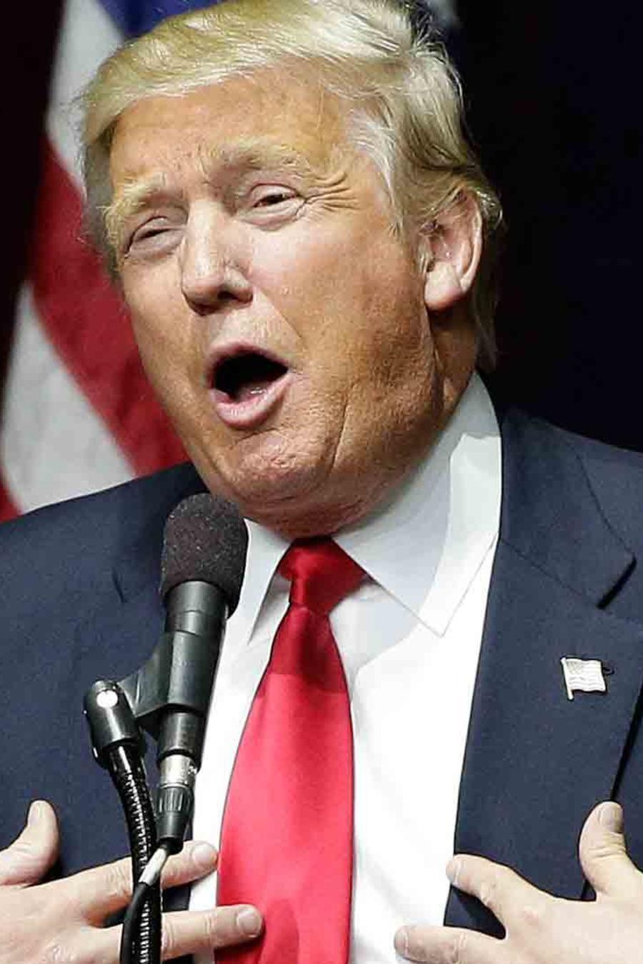 Trump critica a Clinton
