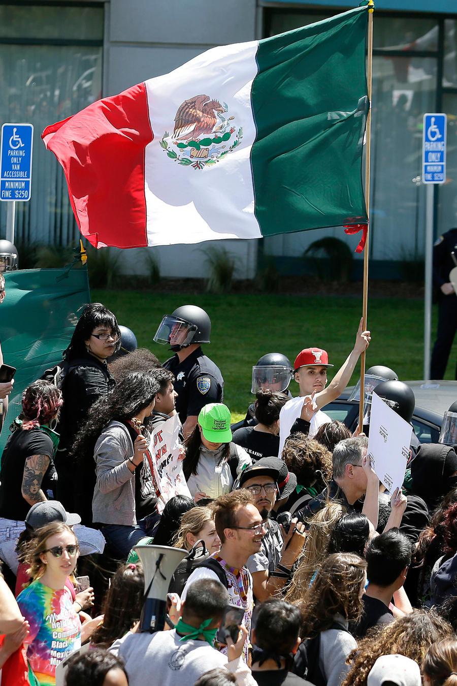Un manifestante ondea una bandera de of México durante una protesta el viernes 29 de abril de 2016 contra el precandidato presidencial republicano Donald Trump, fuera del hotel Hyatt Regency en Burlingame, California, donde se realizaba la Convención