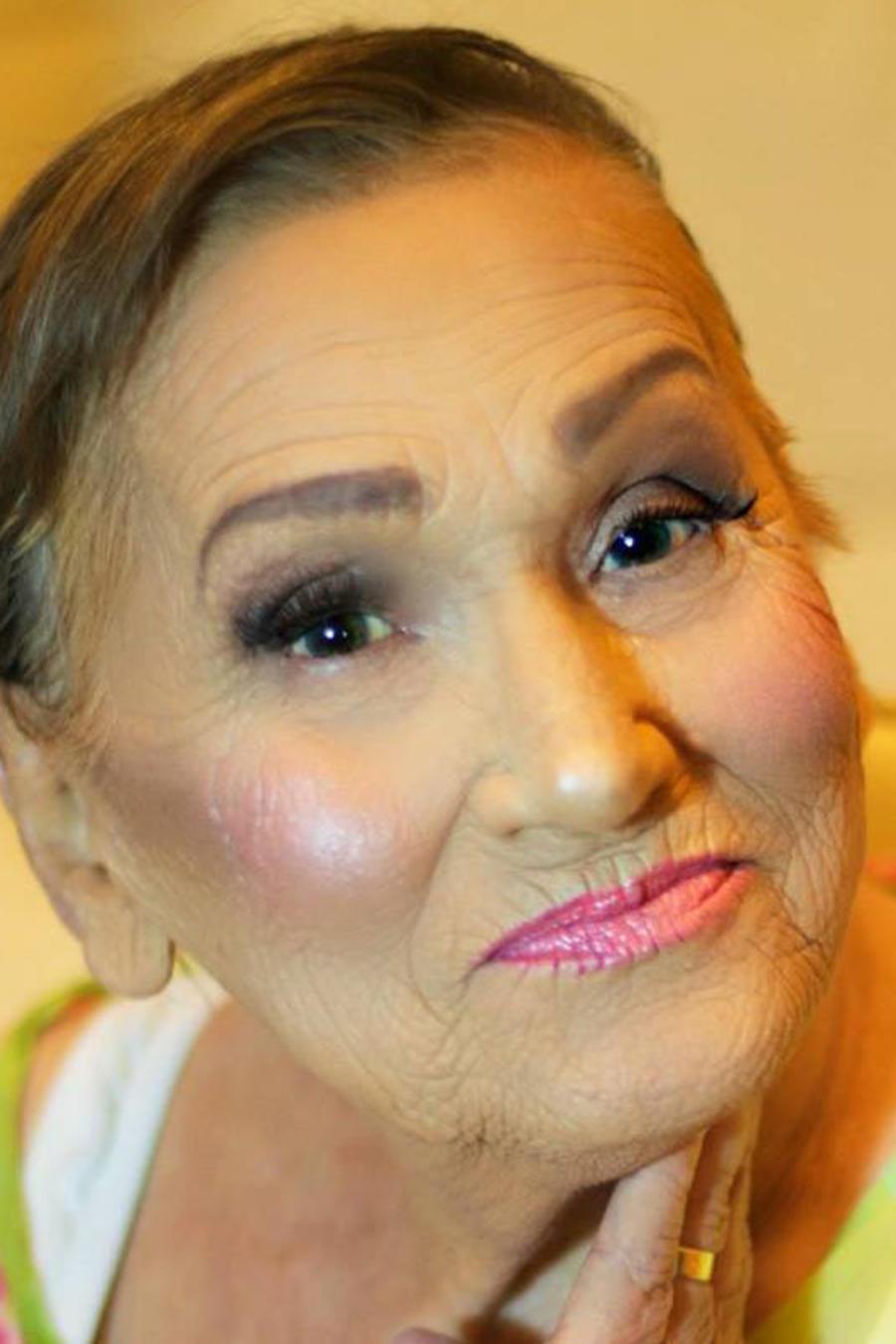 Mujer de 80 años maquillada con la técnica del contouring