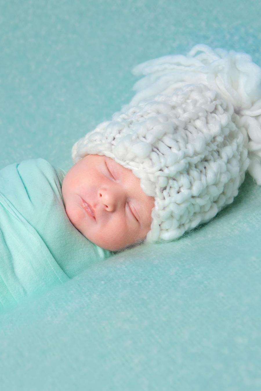 Bebé durmiendo envuelto en una manta