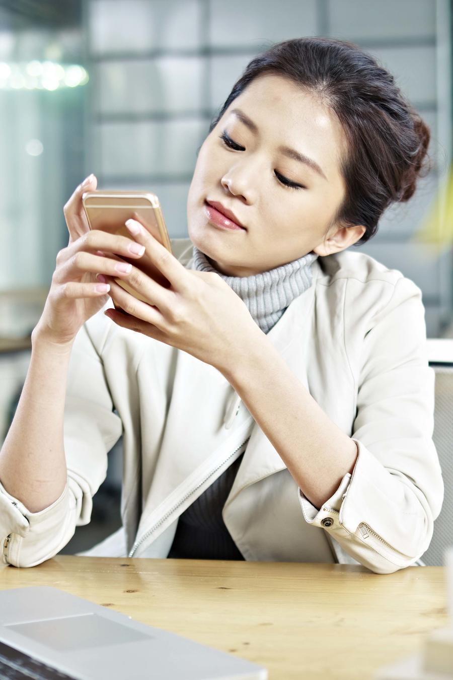 Mujer revisando el móvil