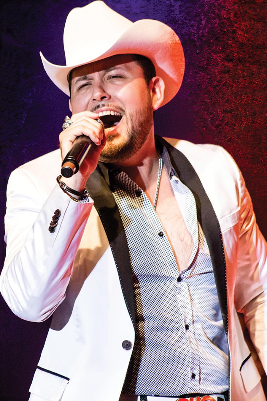 Roberto Tapia cantando en concierto