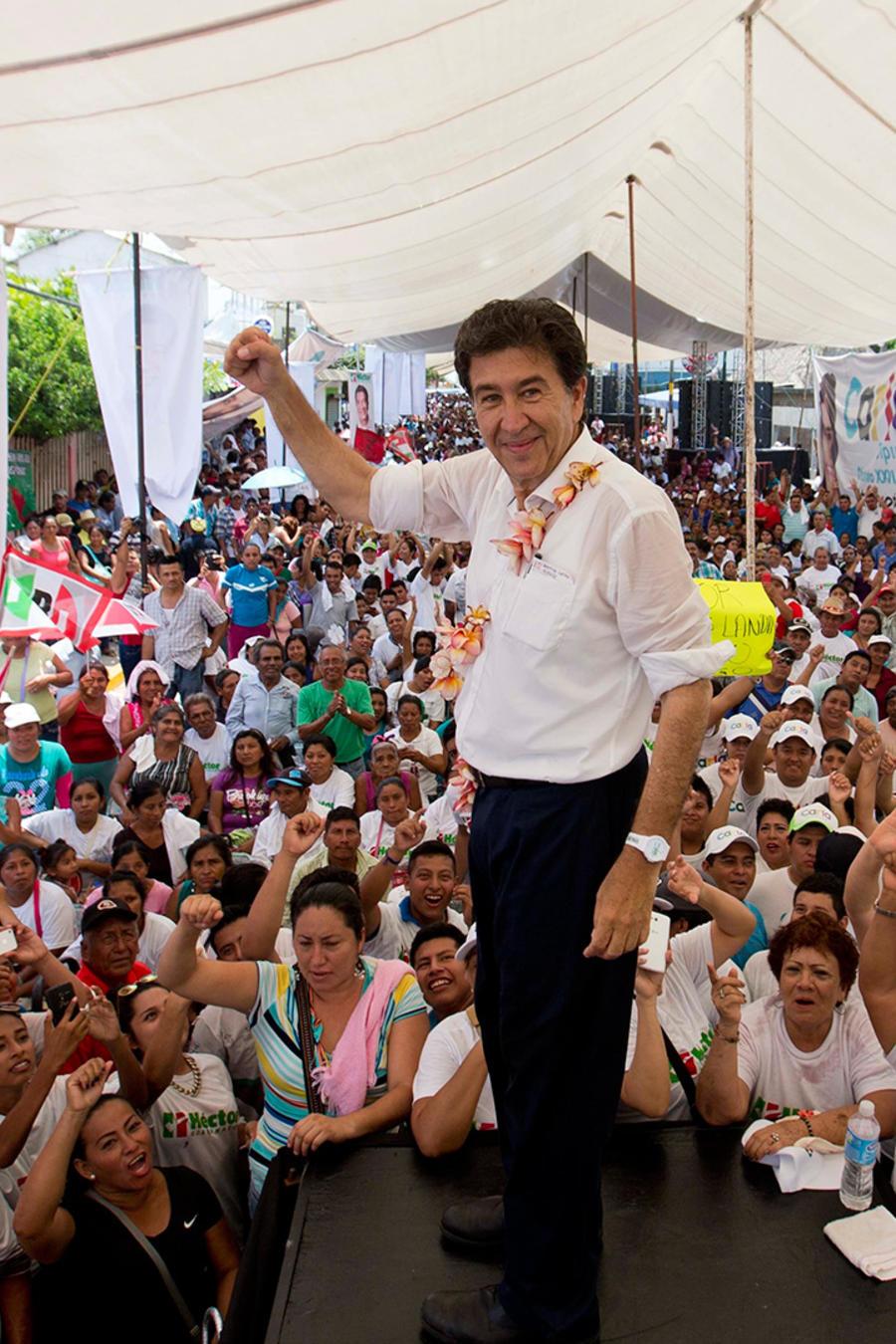 """En esta imagen del 18 de mayo de 2016, Héctor Yunes Landa, candidata a gobernador por el Partido Revolucionario Institucional (PRI) y la coalición """"Para Mejorar Veracruz"""", saluda a sus seguidores durante un acto de campaña"""
