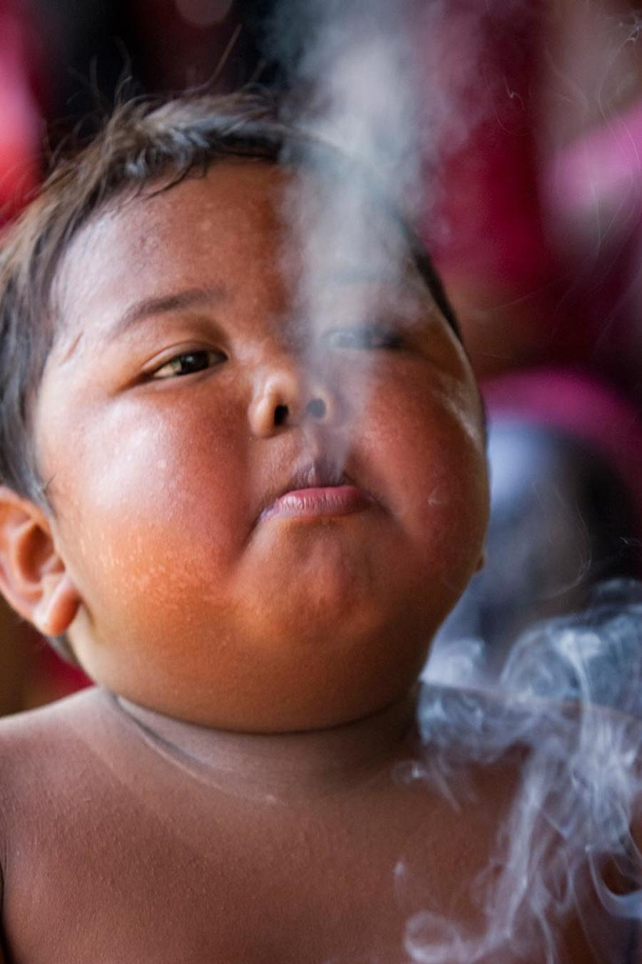 Ardi Rizal, niño fumador