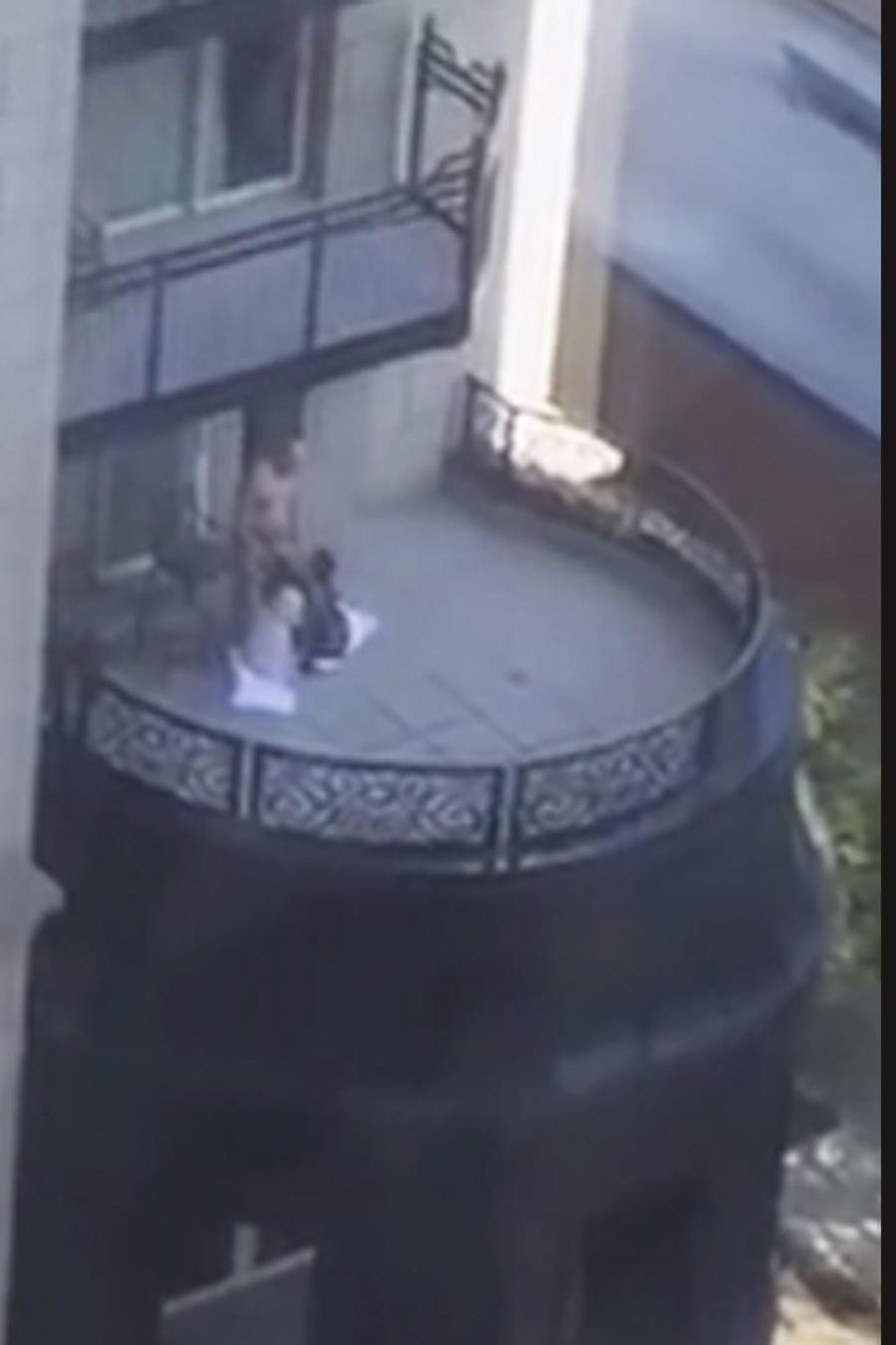 Un hombre recibe sexo oral de dos mujeres en Astoria-Chicago