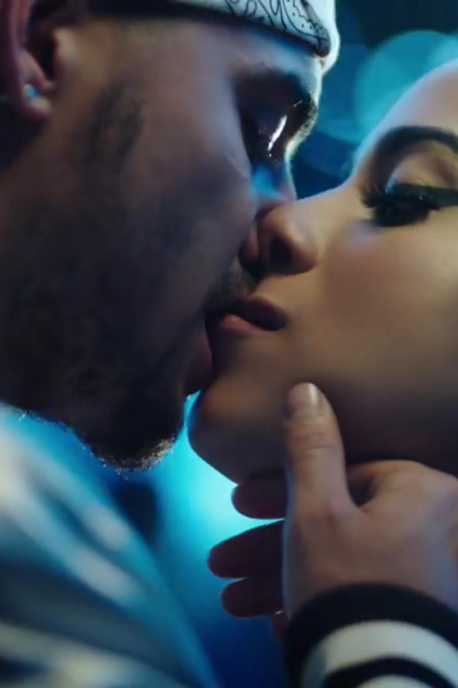 Maluma y Anitta en el video musical Si o No