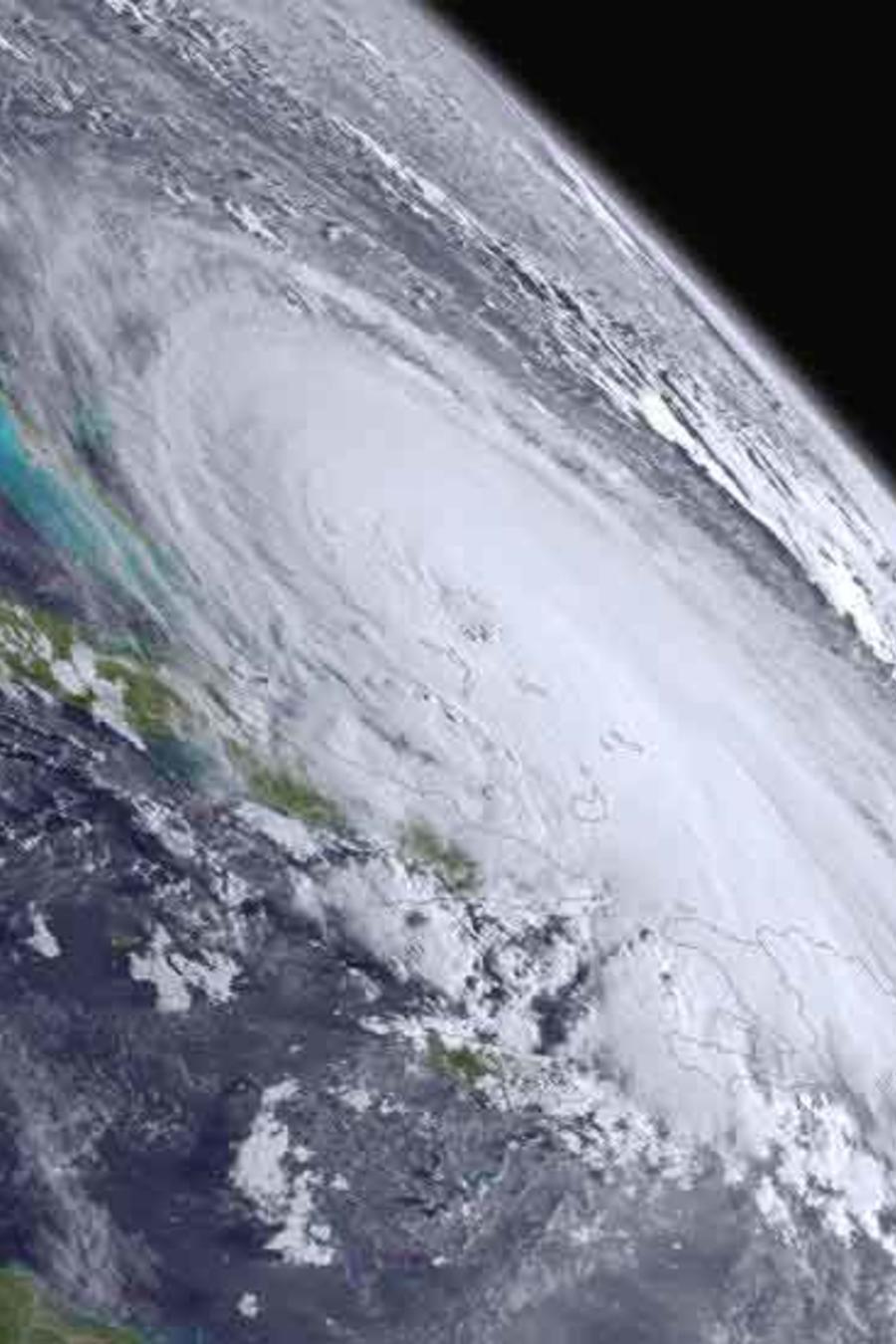 tormenta earl en foto desde el espacio