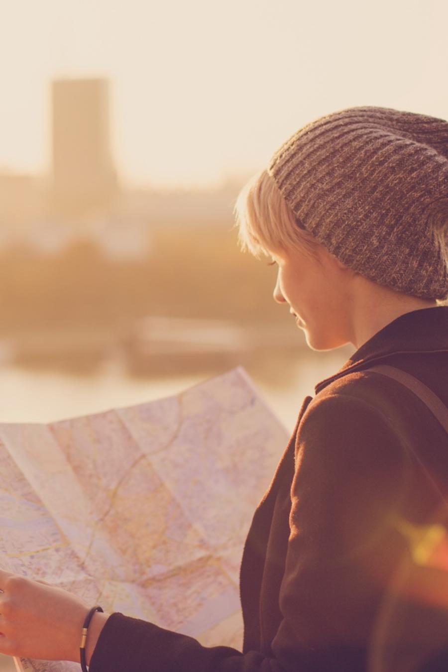 Joven mirando un mapa