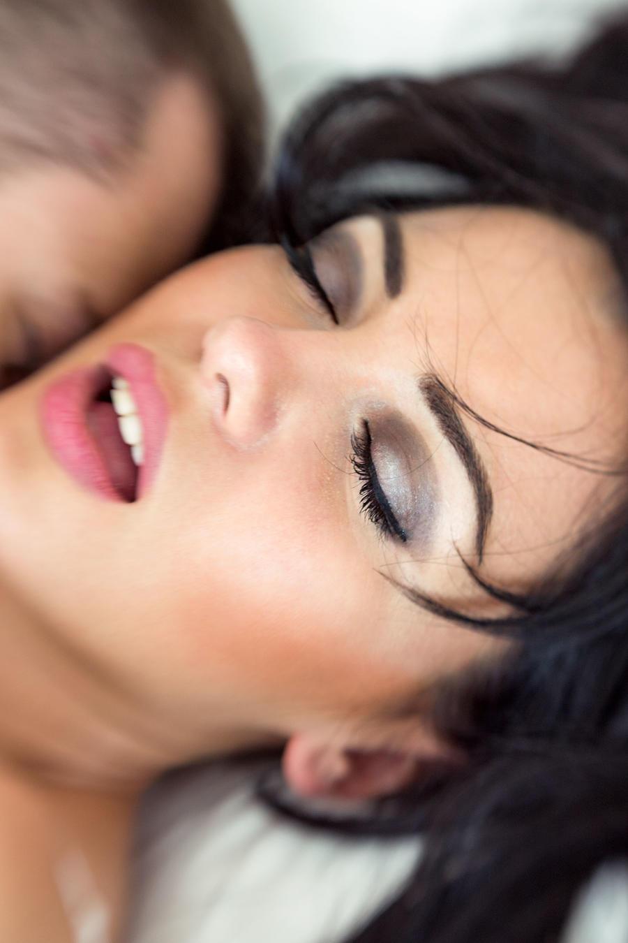 Mujer alcanzando el clímax