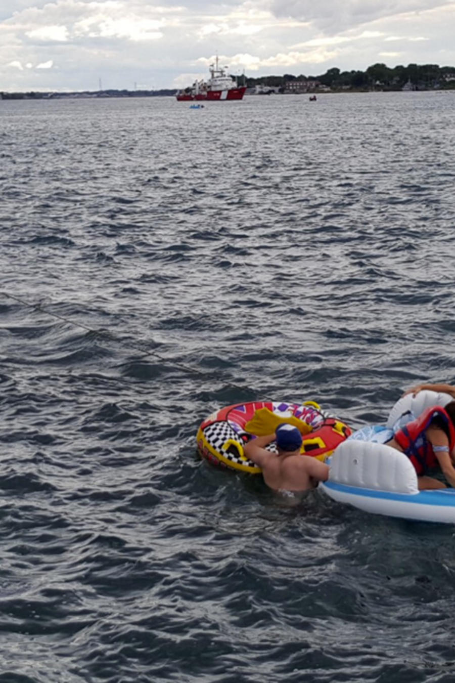 Guardia Costera de Canadá rescata a personas en balsas inflables. Cerca de 1.500 personas cruzaron la frontera desde Michigan debido a los fuertes vientos en el río St. Clair.