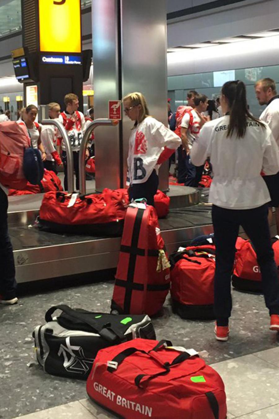 Atletas de Gran Bretaña confundidos al llegar al aeropuerto Heathrow de Londres con 900 maletas rojas iguales