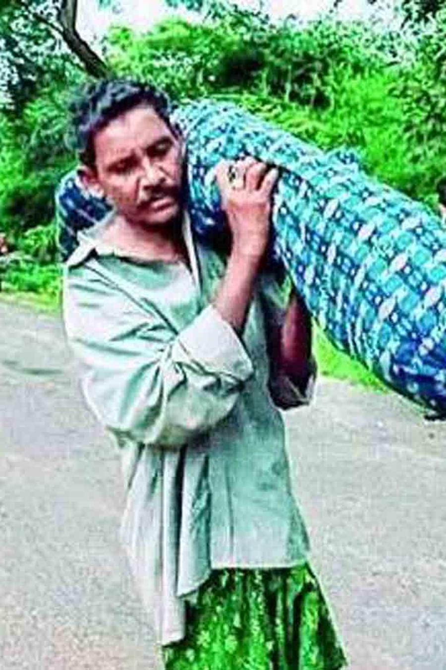 Hombre carga a su esposa muerta