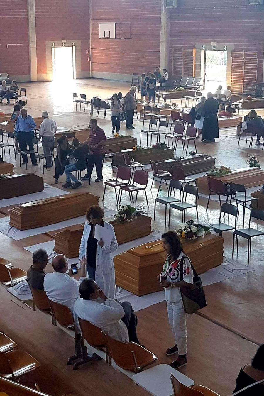 funeral por victimas en italia
